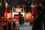Samarinda (ANTARA News Kaltim) - Dua pengunjung menyaksikan persiapan yang dilakukan panitia perayaan Imlek di Kelenteng TTD Thien Ie Kong Samarinda, Kamis (19/1). Perayaan Tahun Baru Imlek yang jatuh pada 23 Januari 2012 di Kelenteng TTD Thien Ie Kong yang terletak di Jalan Yos Sudarso Samarinda akan dihadiri ribuan warga Tionghoa.  (Amirullah/ANTARA)