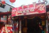 Samarinda (ANTARA News Kaltim) - Seorang panitia perayaan Imlek memasang lampion di Kelenteng TTD Thien Ie Kong Samarinda, Kamis (19/1). Perayaan Tahun Baru Imlek yang jatuh pada 23 Januari 2012 di Kelenteng TTD Thien Ie Kong yang terletak di Jalan Yos Sudarso Samarinda akan dihadiri ribuan warga Tionghoa. (Amirullah/ANTARA)