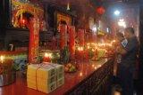 Samarinda (ANTARA News Kaltim) - Beberapa warga Tionghoa berdoa dihadapan salah satu dewa pada perayaan tahun baru Imlek 2012 di Kelenteng Thieng Ie Kong Samarinda pada Senin dinihari (23/1). Perayaan Imlek 2012 yang dilambangkan sebagai tahun Naga Air di Kelenteng Thieng Ie Kong Samarinda dihadiri ratusan warga Tionghoa sejak Minggu sore hingga Senin. (ANTARA/Amirullah)