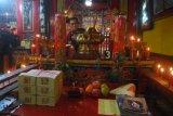 Samarinda (ANTARA News Kaltim) - Seorang warga Tionghoa menyalakan lilin pada perayaan tahun baru Imlek 2012 di Kelenteng Thieng Ie Kong Samarinda pada Senin dinihari (23/1). Perayaan Imlek 2012 yang dilambangkan sebagai tahun Naga Air di Kelenteng Thieng Ie Kong Samarinda dihadiri ratusan warga Tionghoa sejak Minggu sore hingga Senin. (ANTARA/Amirullah)