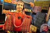 Seorang peserta Nusantara Expo 2012 memperlihatkan tas berbahan kain tenun ikat Sintang, di Pontianak Convention Center, Kalbar, Rabu (11/4). Nusantara Expo 2012 yang diikuti Kalbar dan 16 provinsi se-Indonesia tersebut, bertujuan untuk mempromosikan puluhan produk unggulan yang dihasilkan oleh pelaku usaha kecil dan menengah. FOTO ANTARA/Jessica Helena Wuysang/12