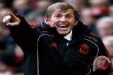 Mantan bintang Liverpool Kenny Dalglish positif COVID-19