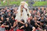Brusel (Antara Bali) - Beberapa Umat Hindu mengarak Ogoh-Ogoh dalam Festival Ogoh-Ogoh di Pura Agung Santi Bhuana, Kingdom of Ganesa, Taman Indonesia yang berada di kawasan wisata Pairi Daiza, Brugelette, Belgia, Minggu (6/5). Festival yang digelar KBRI Brusel bekerjsama dengan Dirjen Bimas Hindu, Kementerian Agama RI dan Universitas Hindu Indonesia dimeriahkan oleh sekitar 300 umat Hindu Bali di Eropa untuk mempromosikan budaya Indonesia khususnya Bali sebagai daya tarik wisata ke Indonesia. FOTO ANTARA/Zeynita Gibbons/2012.