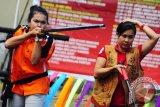 Dua peserta perempuan beraksi saat lomba menyumpit yang digelar pada Pekan Gawai Dayak ke-27, di Rumah Betang (rumah panjang) Pontianak, Kalbar, Senin (21/5). Lomba menyumpit yang rutin digelar setiap tahun pada Pekan Gawai Dayak tersebut, diikuti oleh sejumlah peserta dari beberapa kabupaten se-Kalbar. FOTO ANTARA/Jessica Helena Wuysang/12