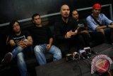 Para personil eks grup band Dewa, Ari Lasso (kiri), Andra Ramdhan (2 kiri), Musisi dan pendiri Republik Cinta Manajemen Ahmad Dhani (tengah). Agung (2 kanan) dan Yuke (kanan) saat menghadiri sesi wawancara jelang konser mahakarya Ahmad Dhani di studio miliknya di kawasan Pondok Indah, Jakarta, Selasa (22/5). Konser Mahakarya Ahmad Dhani yang akan di gelar pada 13 Juni 2012 di Jakarta Convention Centre ini akan menampilkan 35 lagu dari perjalanan karir bermusiknya selama 20 tahun di industri musik Indonesia. FOTO ANTARA/Teresia May