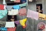 Seorang ibu bersama dua anak balita dirumahnya, Makassar, Sulsel, Kamis (3/5). Hasil sensus BKKBN pada 2010, menunjukkan pertambahan penduduk Indonesia sebanyak 32,5 juta jiwa, dengan rata-rata pertumbuhan 1,49 persen. Bila laju pertambahan penduduk masih 1,49 persen, maka jumlah penduduk Indonesia pada tahun 2045 menjadi 450 juta jiwa. Hal ini berarti 1 dari 20 penduduk dunia adalah orang Indonesia. FOTO ANTARA/Dewi Fajriani/12