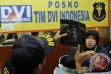 Personil Disaster Victim Identification (DVI) Mabes Polri melakukan pemeriksaan hasil rontgen struktur gigi dari salah satu penumpang pesawat Sukhoi Super Jet 100 di posko DVI, Bandara Halim Perdanakusuma, Jakarta, Jumat (11/5). Direktur Eksekutif DVI Mabes Polri Kombes Pol Anton Castilani mengatakan saat ini sudah terkumpul 28 sample DNA dari orang tua, anak, saudara kembar, kakak atau adik kandung penumpang dari 45 penumpang dan awak pesawat Sukhoi Super Jet 100. FOTO ANTARA/Widodo S. Jusuf/ss/Spt/12.