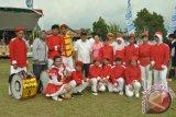 Bupati Kubu Raya Muda Mahendrawan berfoto bersama salah satu grup drum band.