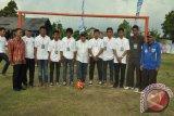 Bupati Kubu Raya Muda Mahendrawan berfoto bersama panitia soccer Kompetition.