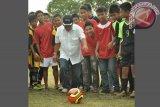 Bupati Kubu Raya Muda Mahendrawan menendang bola tanda pembukaan soccer kompetition.