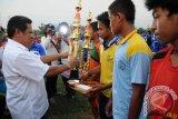 Bupati Kubu Raya Muda Mahendrawan membagikan piala kepada pemenang soccer competition.