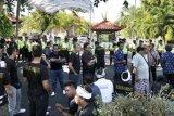 Nusa Dua (Antara Bali) - Polisi mengawasi puluhan pengunjukrasa yang memblokir jalan masuk Hotel Westin di Nusa Dua, Bali, Rabu (4/7). Pengunjukrasa yang tergabung dalam Nusa Dua Bersatu itu melakukan aksi protes terkait pengelolaan armada angkutan wisata di hotel tersebut. FOTO ANTARA/Nyoman Budhiana/2012.