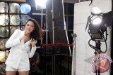 "Penyanyi sekaligus pemain film, Bunga Citra Lestari saat beradegan dalam pembuatan video klip single terbarunya yang berjudul ""Hot"" di kawasan Kebayoran Baru, Jakarta, Rabu, (11/7). Kembalinya Bunga Citra Lestari setelah menikah dan melahirkan ini, akan berduet dengan penyanyi rock and roll Intan Ayu dengan berkolaborasi dengan musik pop khas vocal Bunga. FOTO ANTARA/Agus Apriyanto"