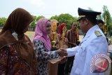 Bupati Kubu Raya Muda Mahendarwan menyerahkan penghargaan kepada masyarakat dan pelajar berprestasi dalam rangkaian peringatan Detik-detik Proklamasi Kemerdekaan RI ke-67 di Kabupaten Kubu Raya, Kalbar, Jumat. FOTO ANTARA/Rendra Oxtora