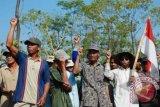 Sejumlah warga menyanyi saat upacara rakyat memperingati HUT RI ke-67 di lereng pegunungan Kendeng, Pati, Jumat (17/8). Upacara yang diikuti oleh sekitar 700 warga tersebut merupakan wujud penghormatan kepada para pahlawan yang telah memperjuangkan kemerdekaan dari tangan penjajah, mereka menilai penjajah rakyat Indonesia saat ini adalah para pemilik modal yang membeli tanah petani. FOTO ANTARA/ Andreas Fitri Atmoko/ed/NZ/12