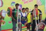 Pekanbaru, 17/9 - PERAK ANGKAT BERAT - Jasmi, atlit Kalimantan Selatan berhasil meraih medali perak di cabang olahraga angkat berat di kelas 72 kg di Hall Hotel Ratu Mayang Garden Pekanbaru, Jumat (17/9). Foto ANTARA/Herry Murdy Hermawan/B