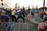 Polisi menembakkan gas air mata demonstran di Beirut