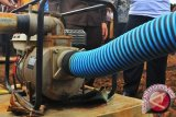 Petugas damkar bantu pembersihan drainase tersumbat
