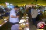 Karim Aristides, praktisi, pengamat dan kolektor durian Indonesia sedang mengamati durian peserta kontes durian unggul se-Kalbar, di Kecamatan Sekayam, Kabupaten Sanggau, Sabtu (15/12).