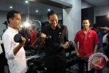Gubernur DKI Jakarta Joko Widodo (kiri) bersama Menteri Perdagangan sekaligus menjabat Ketua Umum PBSI Gita Wiryawan (kedua kiri) mengangkat barbel di ruang Fitnes Center, disaksikan Pebulutangkis Taufik Hidayat (kedua kanan) dan Mantan Ketua PBSI Agum Gumelar (kanan) disela peresmian Taufik Hidayat Arena di Ciracas, Jakarta Timur, Senin (10/12). Taufik Hidayat Arena merupakan arena bulutangkis yang diciptakan dan ditujukan untuk mendukung kemajuan olahraga bulutangkis di Indonesia. FOTO ANTARA/Indrianto Eko Suwarso