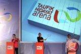 """Pebulutangkis Taufik Hidayat bersama Ketua Umum PBSI Gita Wiryawan (tengah) dan Gubernur Jakarta Djoko Widodo (kanan) memukul suttlecock saat meresmikan arena bulutangkis pertama di Indonesia dan dunia """"Taufik Hidayat Arena"""" di Ciracas Jakarta Timur, Senin (10/12). Arena bulutangkis yang dimiliki dan dikelola oleh Taufik Hidayat dan timnya itu ditujukan untuk mendukung kemajuan bulutangkis Indonesia. FOTO ANTARA/HO/ama"""