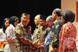 Jakarta, (ANTARA Babel) - Ketua Umum Palang Merah Indonesia Jusuf Kalla menyematkan cincin emas secara simbolis kepada pendonor darah sukarela di Jakarta, Kamis (13/12) malam. Pemerintah menganugerahkan penghargaan Satyalancana Kebaktian Sosial kepada 1402 donor darah sukarela (DDS) yang telah mendonorkan darah sebanyak 100 kali. FOTO ANTARA/Puspa Perwitasari/nz/12