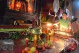Samarinda (ANTARA Kaltim) - Seorang warga TiongHoa membakar lilin sebagai salah satu prosesi pada tahun baru Imlek di Klenteng Tian Ie Kong Samarinda, Minggu (10/2). Perayaan imlek menyambut tahun ular di Klenteng Tian Ie Kong Samarinda berlangsung sepi dan tanpa diwarnai pesta kembang api dan hanya dilakukan dengan prosesi peribadatan. (Amirullah/ANTARA)