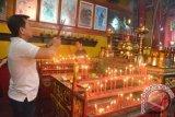 Samarinda (ANTARA Kaltim) - Seorang warga TiongHoa tengah berdoa sebagai salah satu prosesi pada tahun baru Imlek di Klenteng Tian Ie Kong Samarinda, Minggu (10/2). Perayaan imlek menyambut tahun ular di Klenteng Tian Ie Kong Samarinda berlangsung sepi dan tanpa diwarnai pesta kembang api dan hanya dilakukan dengan prosesi peribadatan. (Amirullah/ANTARA)
