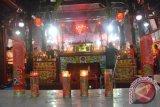 Samarinda (ANTARA Kaltim) - Warga Tionghoa melakukan berbagai ritual peribadatan pada perayaan tahun baru Imlek di Klenteng Tian Ie Kong Samarinda, Minggu (10/2). Perayaan imlek menyambut tahun ular di Klenteng Tian Ie Kong Samarinda berlangsung sepi dan tanpa diwarnai pesta kembang api dan hanya dilakukan dengan prosesi peribadatan. (Amirullah/ANTARA)