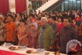 """Gubernur Kaltim Dr H Awang Faroek Ishak menghadiri Perayaan Imlek 2564/2013 dan Silaturahmi Bersama Keluarga """"Yong Jing HK"""" Samarinda, di Gedung Yong Jing, Samarinda, Jumat (22/2) malam. Dalam amanatnya Gubernur mengimbau perayaan Imlek hendaknya dapat menjadi tonggak atau milestone bagi masyarakat Tionghoa di Kaltim untuk dapat membangun dan memupuk rasa solidaritas untuk semua.(Heru/Humas Pemprov Kaltim)"""