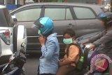 Badan Lingkungan Hidup Kota Pontianak sudah menyatakan kualitas udara kotaPontianak tidak sehat. Warga kota diimbau membatasi atau mengurangi aktivitas di luar rumah pada malam hari, dan kalau pun keluar rumah diimbau menggunakan masker atau penutup hidung dan mulut. Sementara itu PMI Kalbar dalam kepeduliannya kepada warga pada Jumat sore (15/3/2012) membagikan sebanyak lima ribu masker secara gratis kepada para pengendara roda dua, di perempatan Jalan Ahmad Yani dan Tanjungpura Pontianak. Foto Antara Kalbar/Andilala