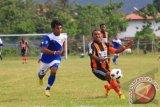GORONTALO, 6/3 - PERSIGO MENANG. Pemain kesebelasan Persigo Gorontalo Ikshan Abubakar (kiri) berusaha melewati hadangan pemain Perseru Serui saat pertandingan lanjutan Group IV Divisi Utama Liga Indonesia 2012/2013 di Stadion Merdeka Kota Gorontalo, Rabu (6/3). Dalam pertandingan tersebut Persigo Gorontalo berhasil mengalahkan Perseru Serui dengan skor 1-0. FOTO ANTARA/Adiwinata SOlihin/ed/ama/13
