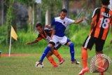 GORONTALO, 6/3 - PERSIGO MENANG. Pemain kesebelasan Persigo Gorontalo Suryo E (tengah) berusaha melewati hadangan pemain Perseru Serui saat pertandingan lanjutan Group IV Divisi Utama Liga Indonesia 2012/2013 di Stadion Merdeka Kota Gorontalo, Rabu (6/3). Dalam pertandingan tersebut Persigo Gorontalo berhasil mengalahkan Perseru Serui dengan skor 1-0. FOTO ANTARA/Adiwinata SOlihin/ed/ama/13