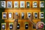 Pekerja menyusun ponsel di salah satu gerai penjualan ponsel di Jakarta, Jumat (29/3). Data Badan Pusat Statistik (BPS), total impor ponsel Januari 2013 mencapai US$ 219 juta atau sekitar Rp 2,1 triliun dan arus impor perangkat komunikasi ponsel itu terus membengkak. FOTO ANTARA/M Agung Rajasa
