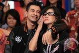 JAKARTA, 4/5 - RAFFI AHMAD KEMBALI BERAKTIVITAS. Artis Raffi Ahmad bersama ibunya Amy Qanita saat tampil dalam acara musik Dahsyat di Kebon Jeruk, Jakarta Barat, Sabtu (4/5). Raffi Ahmad kembali beraktifitas di dunia hiburan setelah menjalani rehabilitasi karena kasus narkoba selama 3 bulan. FOTO ANTARA/Teresia May/nym/2013.
