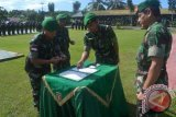 Penandatangan serahterima Satgas Pamtas RI-Malaysia dari Komandan Yonif 407/PK, Letkol Inf Ari Aryanto (kiri) kepada Komandan Yonif 141/AYJP, Letkol Inf Feksi D Angi (kedua dari kiri) disaksikan Komandan Korem 091/ASN, Brigjen TNI Gadang Pambudi (kanan) di Halaman Markas Komando Taktis Satgas Pamtas Nunukan, Senin (20/5). (M Rusman/ANTARA Kaltim)