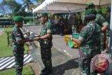 Komandan Korem 091/ASN, Brigjen TNI Gadang Pembudi (kedua dari kiri) memberikan penghargaan kepada KOmandan Yonif 407/PK, Letkol Inf Ari Aryanto (kiri) atas keberhasilannya meminimalisir pelanggaran perbatasan selama menjaga wilayah perbatasan RI-Malaysia. (M Rusman/ANTARA Kaltim)