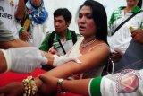 Tegal (Antara Bali) - Petugas mengambil sampel darah seorang waria saat pemeriksaan HIV/AIDS di Tegal, Jateng, Minggu (5/5). Sebanyak 40 waria seluruh pantura diperiksa darahnya oleh Dinas Kesehatan Tegal untuk mencegah penyebaran HIV/AIDS. FOTO ANTARA/Oky Lukmansyah/nym/2013.