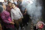 Singaraja (Antara Bali) - Ketua Umum PDIP, Megawati Soekarnoputri (ketiga kiri) bersama calon gubernur, A.A Ngurah Puspayoga (kedua kiri) berbincang dengan nelayan saat kampanye Pemilihan Kepala Daerah (Pilkada) Bali 2013 di Desa Pengastulan, Singaraja, Bali, Kamis (9/5). Kampanye terakhir bagi pasangan calon gubernur-wakil gubernur Puspayoga-Sukrawan yang disebut paket PAS itu dilakukan dengan mengunjungi pasar dan berbagai sentra usaha di masyarakat Kabupaten Buleleng. FOTO ANTARA/Nyoman Budhiana/nym/2013.