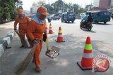 Petugas kebersihan tewas ditabrak saat menyapu jalan