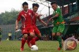 Pesebakbola kesebelasan Persikabo Bogor Andi Sofyan (kanan) berebut bola dengan pesebakbola Persitema Temanggung M Yunus (tengah) dalam pertandingan Divisi Utama Liga Indonesia di Stadion Persikabo, Cibinong, Bogor, Jabar, Senin (17/6). Persikabo berhasil memenangi pertandingan atas Persitema dengan skor 2-0. (ANTARA FOTO/Jafkhairi/ss/ama/13)