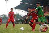 Pesebakbola kesebelasan Persikabo Bogor Andi Sofyan (kanan) berebut bola dengan pesebakbola Persitema Temanggung M Yunus (kiri) dalam pertandingan Divisi Utama Liga Indonesia di Stadion Persikabo, Cibinong, Bogor, Jabar, Senin (17/6). Persikabo berhasil memenangi pertandingan atas Persitema dengan skor 2-0. (ANTARA FOTO/Jafkhairi/ss/ama/13)