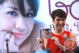 "Penyanyi yang juga bintang film Bunga Citra Lestari memperlihatkan album terbarunya "" BCL: The Best Of"" pada peluncuran album tersebut di Jakarta, Rabu (19/6). Album ketiga tersebut berisikan 10 hits Bunga Citra Lestari dan 2 lagu baru berjudul ""Jangan Gila"" dan ""Tiga Salahmu"". ANTARAFOTO/Teresia May"