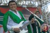 Pemusik dangdut Rhoma Irama (kiri) bersama Cagub Jatim dari PKB Khofifah Indar Parawansa (tengah) tampil dalam konser Halah Partai Kebangkitan Bangsa (PKB) ke-15 di alun-alun Jombang, Jawa Timur, Minggu (30/6). Konser Rhoma Irama bersama soneta grup dalam rangka Harlah PKB tersebut membawakan 10 lagu hits. ANTARA FOTO/Syaiful Arif/ed/nz/13