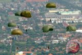 Sejumlah Kadet Akademi TNI AL (AAL) Korps Marinir melakukan terjun statik (para dasar) dari pesawat Casa NC212 milik Skuadron Udara 600 Wing Udara-1 Puspenerbal di atas Lanudal Juanda, Surabaya, Jatim, Rabu (5/6). Latihan dan Praktek Para Dasar Kadet AAL Tingkat III Korps Marinir 2013 yang diikuti 24 Kadet AAl dan 10 anggota Brigif-1 Marinir itu bertujuan untuk membekali kemampuan terjun statik dalam mendukung penugasan. ANTARA FOTO/Eric Ireng/nym/2013.