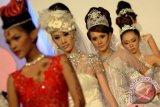 Sejumlah model menampilkan tata rias karya siswa Rever Akademi dalam lomba tata rias di Royal Plaza Surabaya, Jatim, Sabtu (6/7). Sebanyak 20 siswa Rever Akademi unjuk kemampuan dalam memodifikasi kreasi tata rias wajah. ANTARA FOTO/M Risyal Hidayat/ss/nz/13.