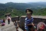 Sejumlah wisatawan mengunjungi salah satu dari tujuh keajaiban dunia, Tembok Besar China, di sisi Mutianyu, distrik Huairou, Beijing, China, Minggu (28/7). Berdasarkan data sejarah, peninggalan arkeologi di kawasan Mutinayu ini dibangun di bawah pengawasan Jenderal Xu Da zaman Kaisar Zhu Yuanzhang, yaitu pada masa awal berkuasanya Dinasti Ming. ANTARA FOTO/Ismar Patrizki/nym/2013.