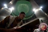 Jakarta (Antara Babel) - Seorang muslim membaca Al-Quran pada awal bulan Ramadhan di Masjid Istiqlal, Jakarta, Rabu (10/7). Pada bulan puasa umat Islam memperbanyak ibadah dengan cara menghatamkan Al-Quran dan I'tikaf di dalam masjid. FOTO ANTARA/M Agung Rajasa/ed/ama/13