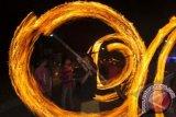 Remaja Masjid Sabilurrosyad melakukan seni permainan obor pada malam takbiran Idul Fitri 1434 H di Wijirejo, Pandak, Bantul, Yogyakarta, Rabu (7/8) malam.  Permainan yang membutuhkan kemampuan khusus tersebut merupakan tradisi rutin tahunan setiap malam takbiran menyambut Idul Fitri sekaligus sebagai media syiar agama Islam. Foto Antara/Sigid Kurniawan