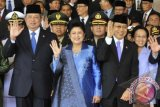 Presiden Susilo Bambang Yudhoyono (kiri) bersama Ibu Negara Ani Yudhoyono (kedua kiri) dan Wakil Presiden Boediono (kedua kanan) bersama Ibu Herawati Boediono (kanan) melambaikan tangan usai mengikuti Sidang Bersama DPR-DPD di komplek Parlemen Senayan, Jakarta, Jumat (16/8). Sidang bersama tersebut mengagendakan pembacaan pidato kenegaraan memperingati HUT Kemerdekaan RI ke-68 oleh Presiden Susilo Bambang Yudhoyono. ANTARA FOTO/Puspa Perwitasari